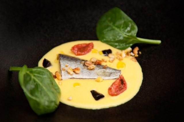 Sardina salada, crema de maíz, ajo negro y tomate seco_El Retiro