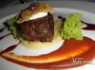 mini hamburguesa secreto iberico marinado chutney de pimientos queso de cabra y cebolla compotada
