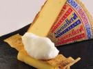 Canelon de queso Appenzeller relleno de escalibada y caballa con nieve de ajo