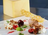 Mousse de Sbrinz con miel, higos, cerezas y nueces caramelizadas (ESHOB Barcelona)