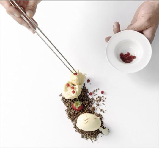 Helado de azafrán, esponja de queso Casín en tierra de chocolate y pistachos, Quince Nudos