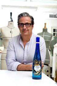 Miguel Palacio con la edición limitada de Mar de Frades que ha diseñado_b