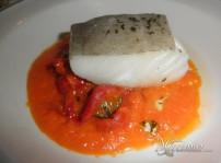 Lomo de bacalao al horno con crema de coliflor y verduras en tempura
