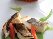 Filete de San Pedro asado, barqueta dechoux xon verduras confitadas y fumet de berros
