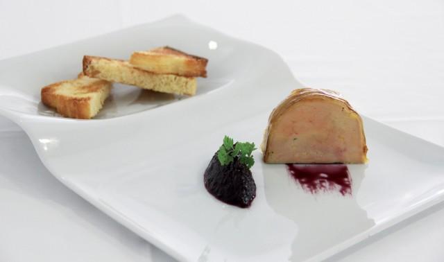 Foie gras glaseado al caldo de cocido, chutney de sangría y brioche casero