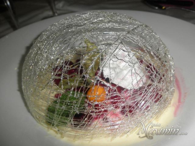 cupula de caramelo con crema inglesa y frutos rojos