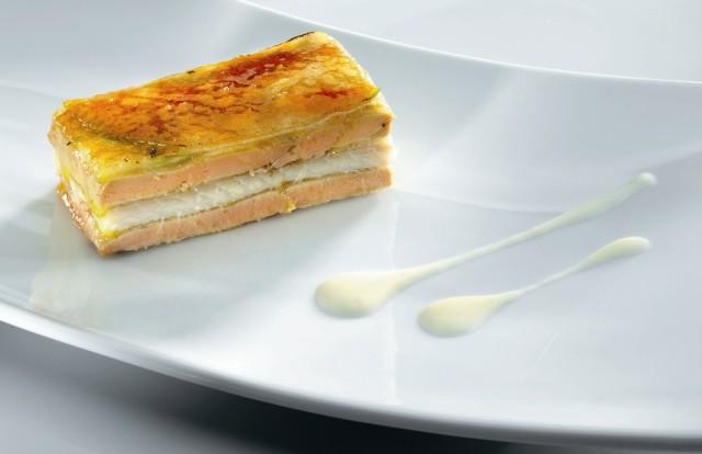 Milhojas de manzana foie-gras y anguila con crema de cebolletas
