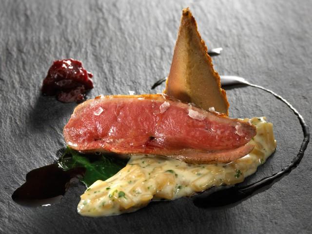 Pinchón asado y servido rosado, cebolla con manitas de cerdo y foie gras