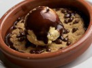 Cookie con chips de chocolate, cubierta de chocolate caliente y helado d...