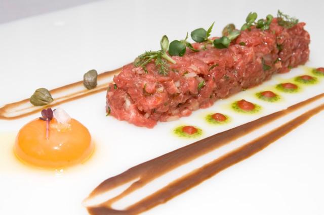 Velazquez128-Filete tártaro de buey con preparado de yema_agencia de comunicación_sqcommunication