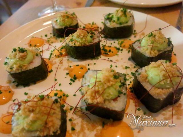 Futo-maki de salmón guacamole al sésamo y cebolla frita crujiente