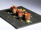 Lomo de bonito marinado con fresas y encurtidos_Quince Nudos