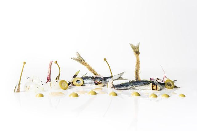 Sardina desespinada a la brasa, emulsión de aceituna verde, ajetes y mini cebolletas a la brasa_María Manuela Bistró