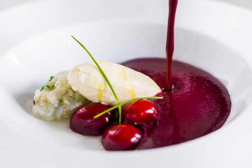 Gazpacho de cerezas con helado de gnejibre y tartar de langostinos BACIRA
