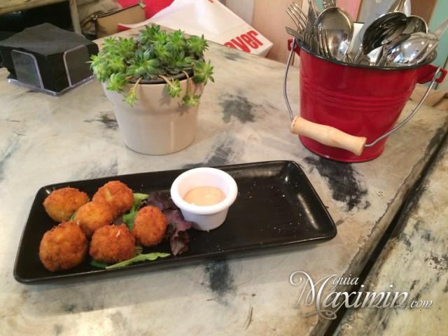 Bombones-de-pollo-al-curry-con-salsa-le-coco