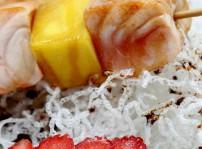 Brochetas de salm+¦n con fruta_Restaurante Tsunami_sqcommunication (2)