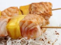 Brochetas de salm+¦n con fruta_Restaurante Tsunami_sqcommunication