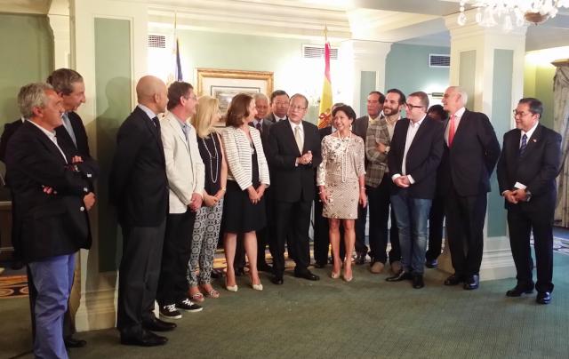 Presidente de Filipinas Beningno Aquino y asistentes a la firma MAdrid Fusio¦ün Manila