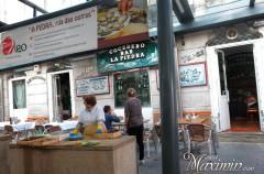 Disfrutando de ostras en Rua da Pedra (Vigo-Po)