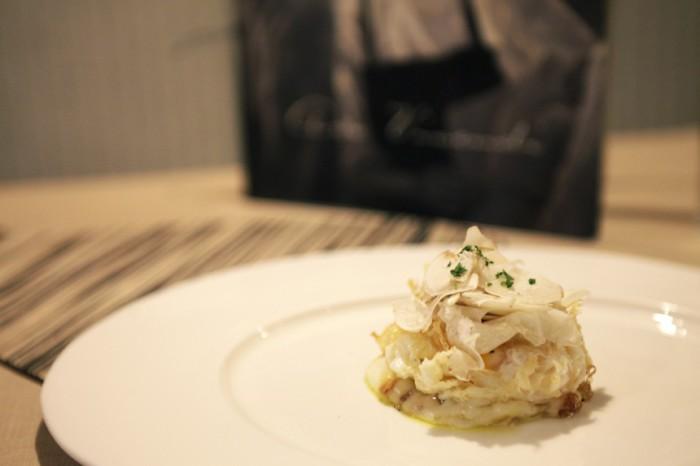 Huevo frito sobre timbal de patatas con queso ahumado y trufa aderezado con l+íminas de boletus fresco_ArsVivendi