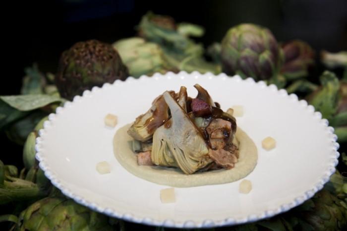 Alcachofas salteadas con chantarelas, tocineta y jugo de carne - Rooster