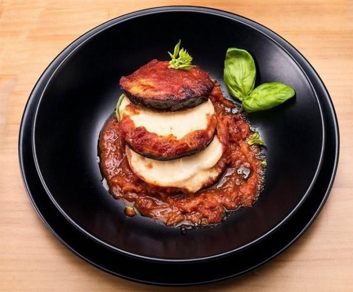 Milhojas de berenjena,tomate y mozzarella con salsa Alcavalo-Alcavalo