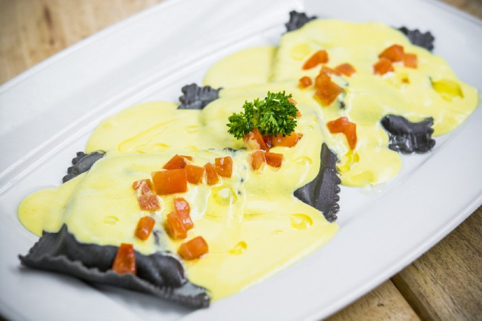 Ravioli de langostinos y salsa azafrán-Café Óliver