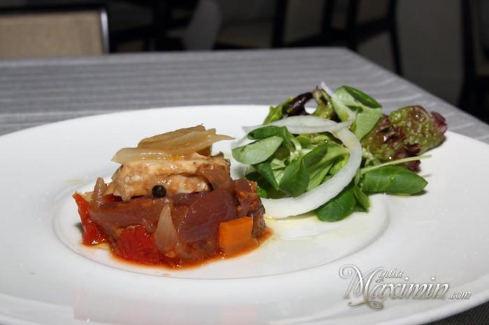 ensalada de verduras a la brasa y pollo escabechado