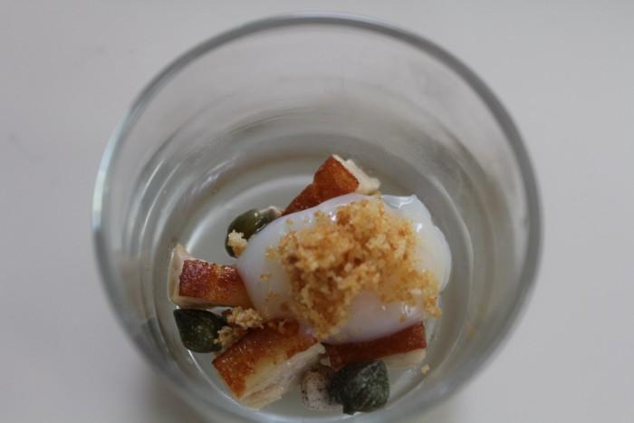 Huevo, cochinillo, alcaparras, pan, malto de setas_Casa Gerardo