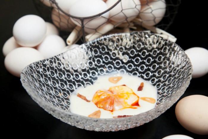 Huevo pochado en manteca colorá con crema de patata, Rooster b