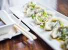 La Dominga-Gyozas de langostinos y verduras a la plancha con salsa de soja, mirim y sésamo.