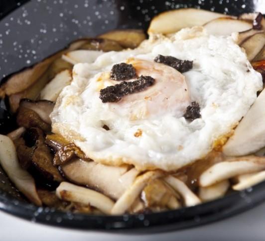 Boletus con huevo campero foie y trufa.Rte. Ponzanzo.