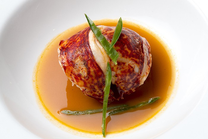 Bogavante frito con sopa de tomate picáncida_Casa Gerardo