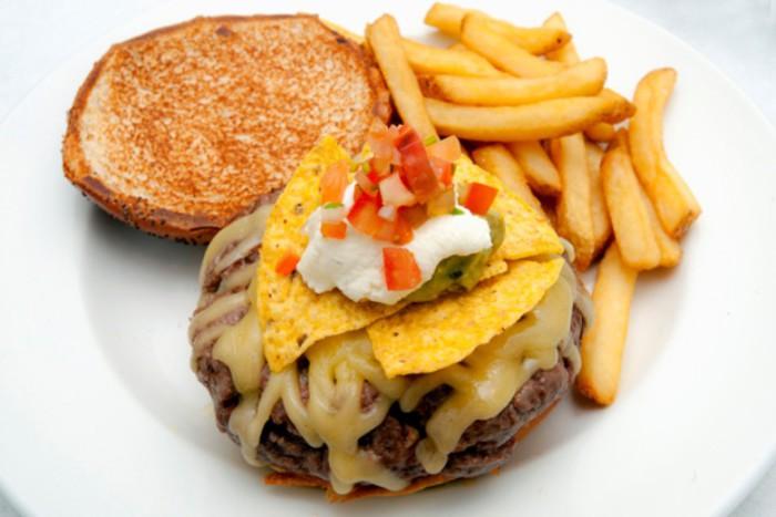 New York Burger Miguel Ángel hamburguesa 5th Avenue, Gouda, nachos, guacamole, crema agria y pico de gallo