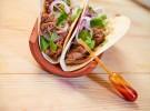 Taco mexicano de Solomillo del Pobre de La Finca con cebolla morada y cilantro