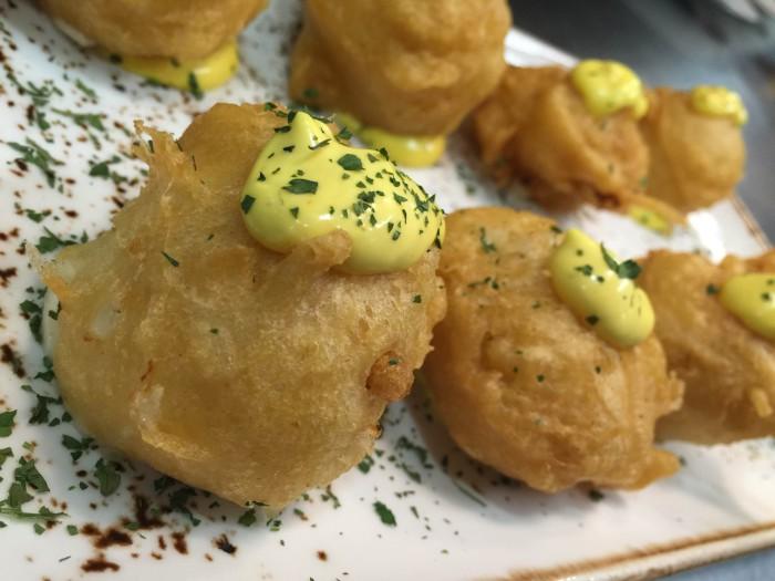 Buñuelos de bacalao con alioli de ajo asado_Montes de Galicia