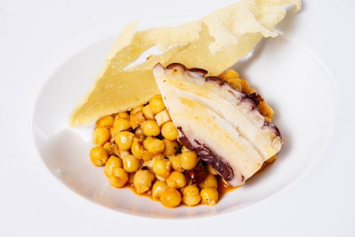 Garbanzos de pico pardal al ajo arriero con pulpo y dorito de patatas - Delirios
