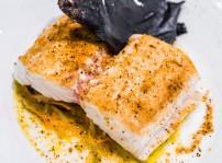 Merluza braseada con escabeche y polvo de mejillón, Sandó