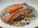 Salmón en crema de arroz, alga nori frita y  huevas de pez volador_Montes de Galicia (1)
