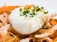 Tallarines de calamares y verduras con huevo flor, Sandó