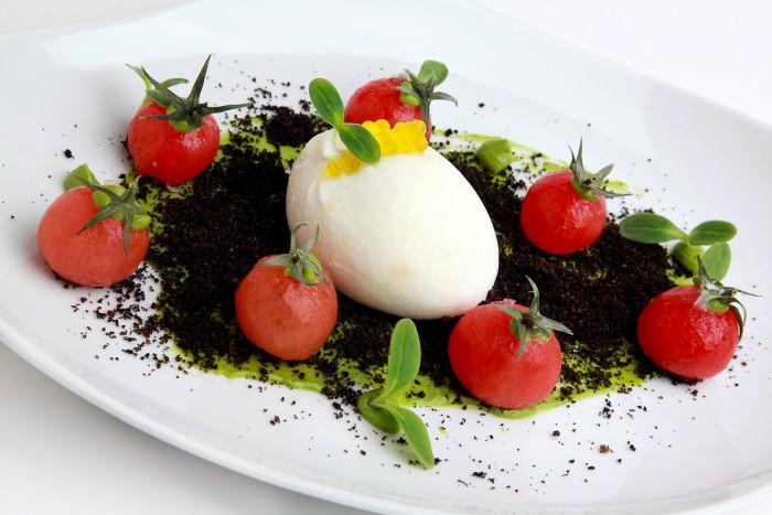 Tomatitos en su tierra, con burratina y crema de albahaca