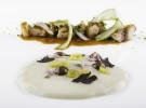 Calamar aliñado, papadas, su jugo picante, ravioli de su guiso, pil pil de bacalao, ajo negro y guindilla verde_Regueiro-2