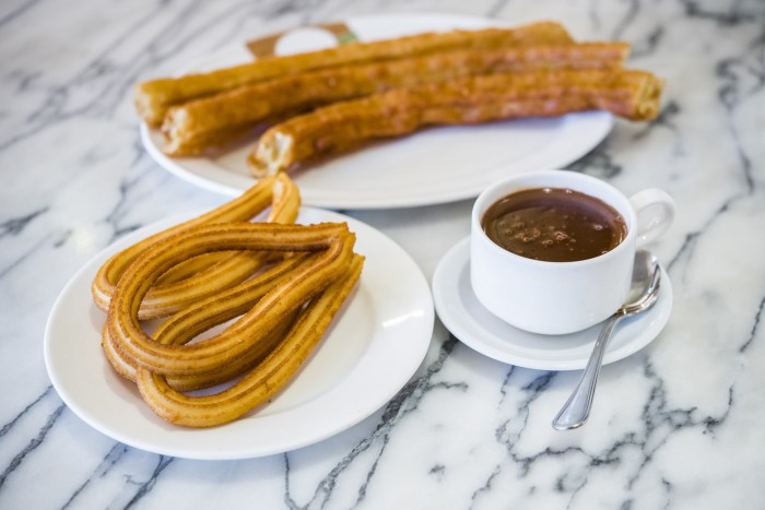 La Madrilen~a, chocolate con churros y porras