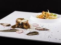 Molleja especiada de comino a la parrilla, ajo negro, cebolleta china y ensalada de papaya verde tailandesa_Regueiro