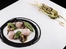 Ventrisca de cordero, mollejas al wok, pomelo, jengibre, emulsión de tinta y col a la brasa_Regueiro
