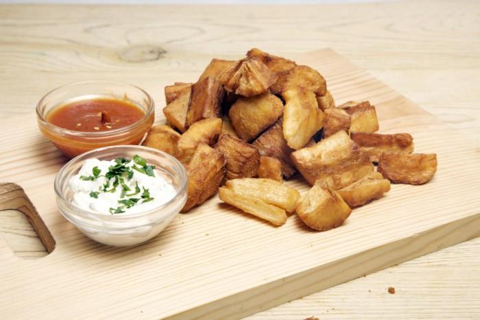 Yuca frita con alioli y bravas_VivaBurger