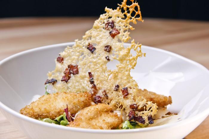 ensalada csar con pollo crujiente bacon y parmesano