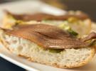 Bocaito anchoa del cantabrico serie oro sobre cama de aguacateb