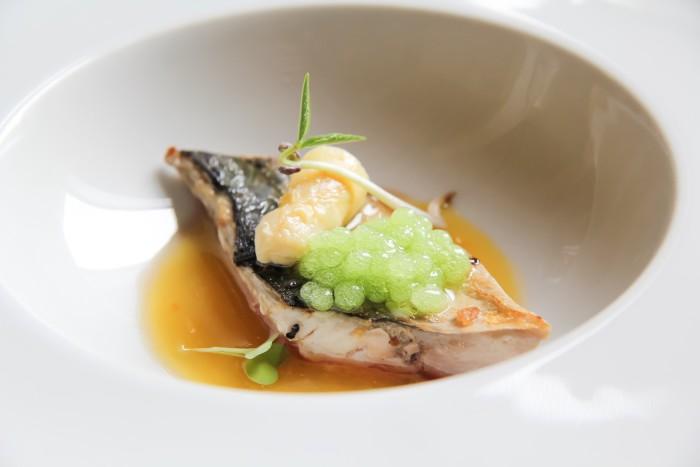 Caballa escabechada en cítricos con espárrago blanco y caviar de lima