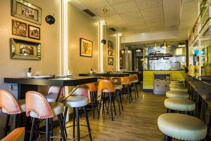 Mesas altas y lateral barra con cocina vista al fondo, Comala b